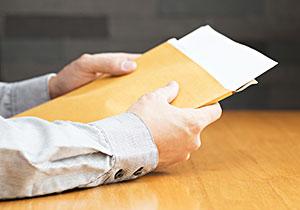 車庫証明の書類を手に持っている写真